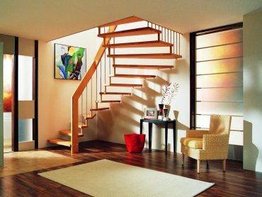 Handlauftragende Systemtreppe in Buche mit senkrechten Edelsahlsprossen/Stäben