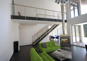 gerade Loft Flachwangentreppe in lackierten Stahl. Geländer als Relinggeländer in Edelstahl.