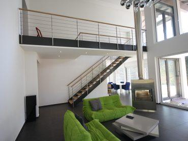 Loft Flachwangentreppe in lackierten Stahl. Geländer als Relinggeländer in Edelstahl.