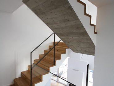 Stufen auf Beton in Eiche in Faltwerkoptik mit Flachstahlgeländer