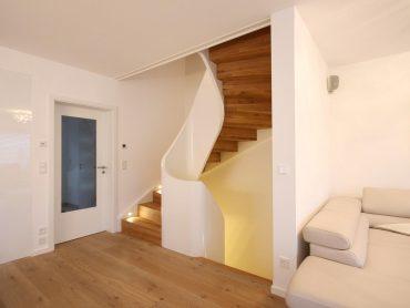 Wangenscheibentreppe/Geländerscheibentreppe weiß lackiert. Stufen und Setzstufen in Faltwerk und Eiche
