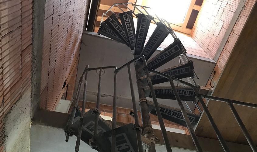 Bautreppe als Stahlspindeltreppe beschriftet mit Friedrich