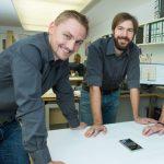 Andreas Unterberger und Josef Friedrich bei der Besprechung eines Treppenplanes