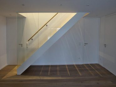Schmalwangentreppe in Eiche mit Glasgeländer, Stufen in Eiche, Wangen weiß lackiert, Geländer mit Glasscheibe
