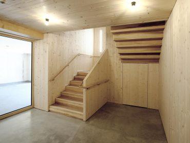 Wangenscheibentreppe mit Fichte Wangen und Esche Stufen, Treppe F30 also Fluchtweg. Handlauf läuft durch!