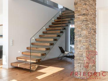 Kragarmtreppe mit Stufen in Altholz und Ganzglasgeländer