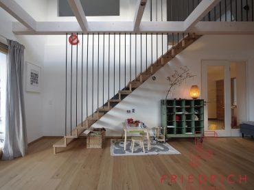 Abgehängte Treppe mit Rohstahl und Eiche